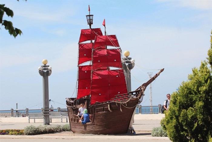 Памятник «Алые паруса» на набережной