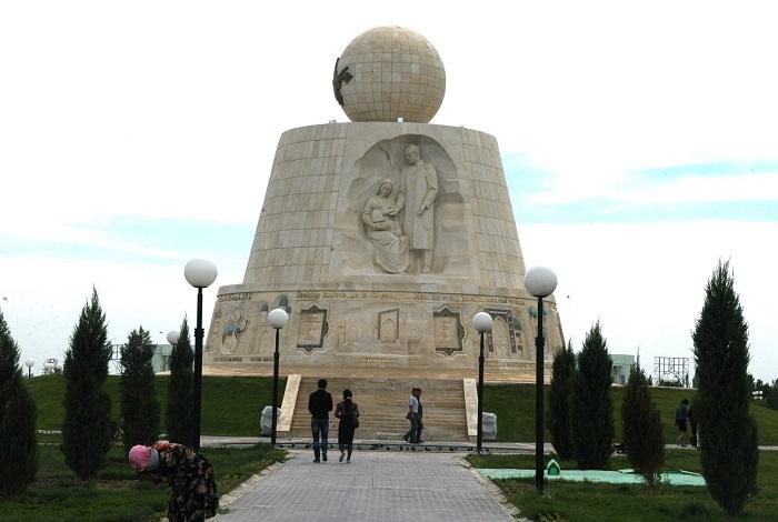 Монумент Древняя и вечная Бухара