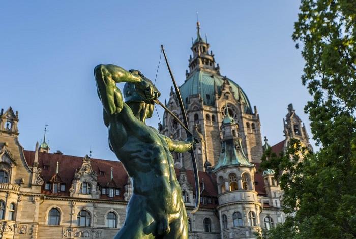 Площадь Трамплац с памятником лучнику